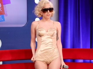 Voyeur Private : Lady Gaga late panty and fishnet cameltoe!