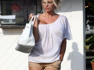 Voyeur Private : Pamela Anderson fitting shorts cameltoe!