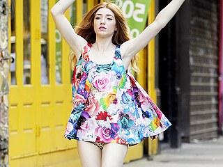 1017nou p Bikini Cameltoe Pics   Sneaky upskirt shots with a model :: www.wetpantylickers.com ::